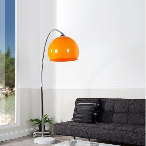 Bogenlampe Orange Marmorfuß Frontal im Raum