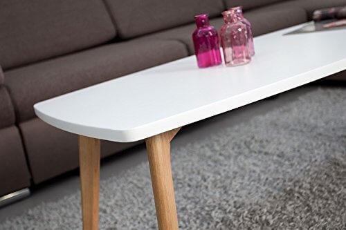 Schraeges Foto mit weniger Dekoration eines Tisches