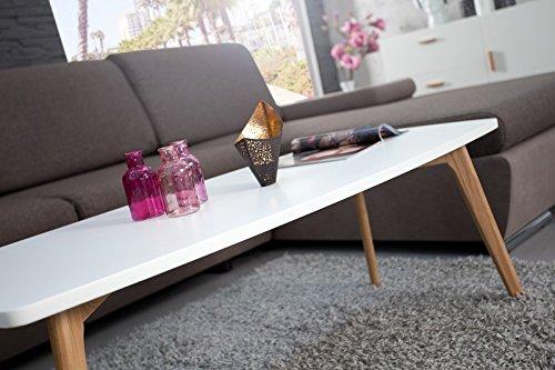 Schraege Aufnahme des Couchtisches mit weißer Tischplatte