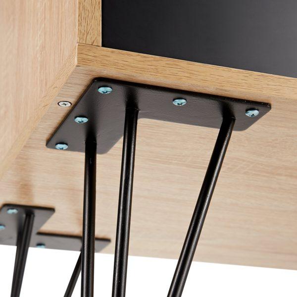 Nahaufnahme der Beine eines Mid Century Modern Design Sideboards