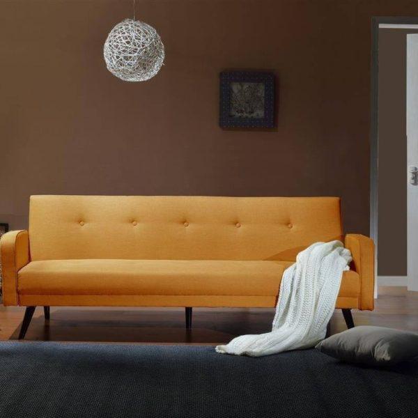 Orangenes Sofa im Raum