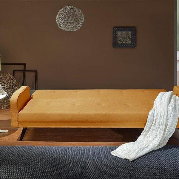 Orangenes Sofa ausgeklappt