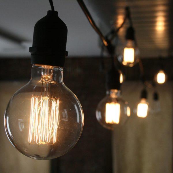 Nahaufnahme einer eingeschalteten Glühbirne