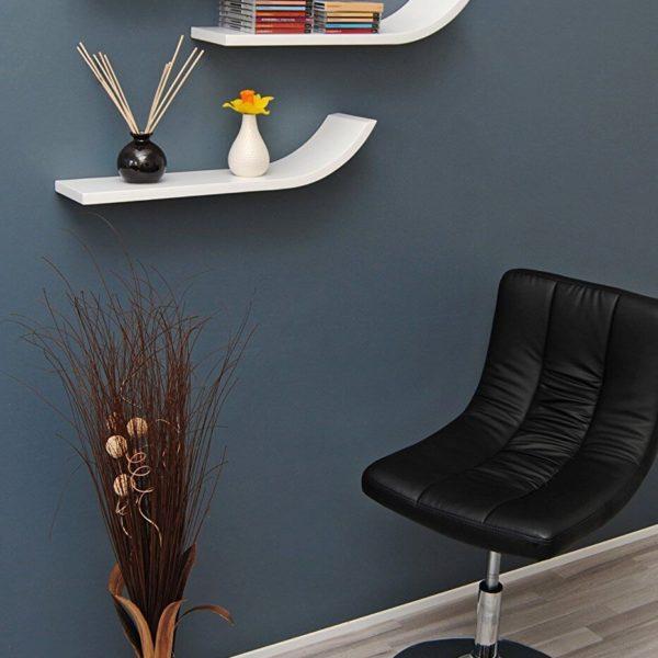 3 Wandregale im Retro Design mit Stuhl