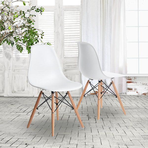 Esszimmerstühle im Mid Century Modern Design stehen im Raum