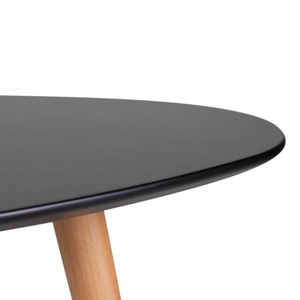 Nahaufnahme der geschwungenen schwarzen Tischplatte