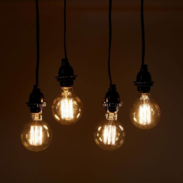 Mehrere Glühbirnen mit sichtbaren Fäden